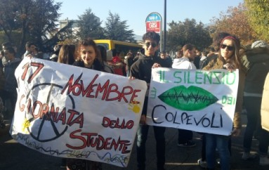 Avezzano, #17nov studenti in piazza per chiedere un altro futuro