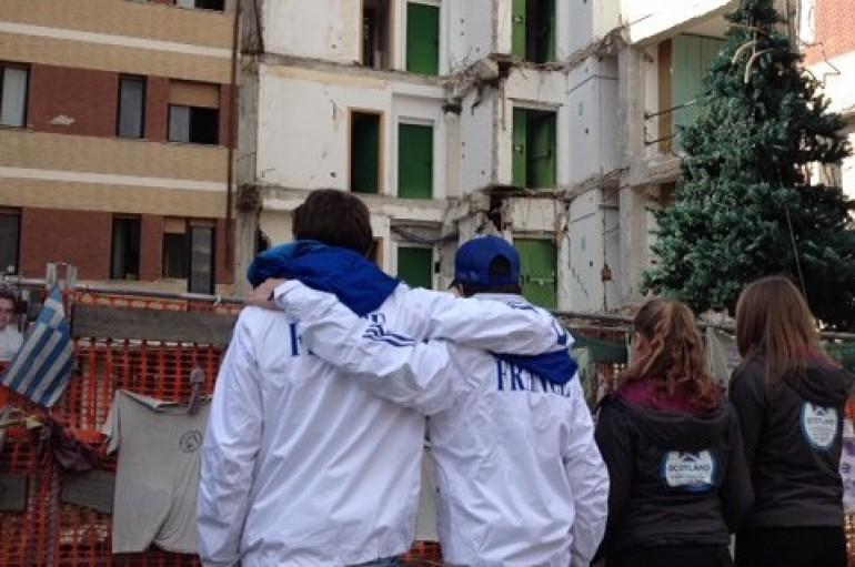 Giovani sciatori si abbracciano davanti alla Casa dello studente