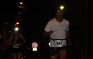 Notte di corsa con le lampadine sulla testa
