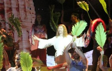 A miesgliaia in piazza per Ted-Jesus Superstar