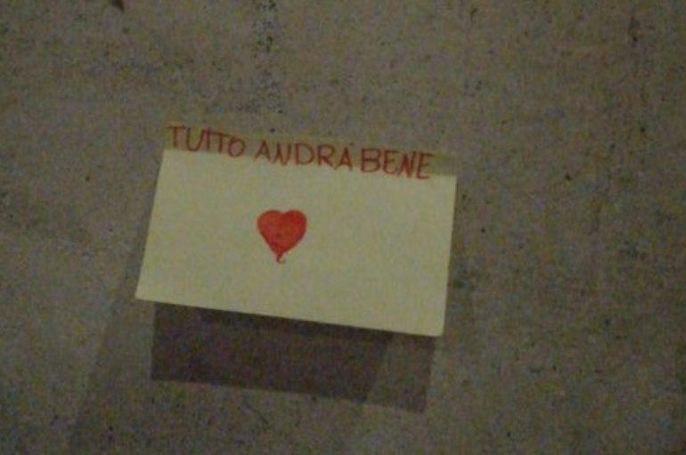 """L'Aquila: bigliettini """"d'amore"""" in città"""