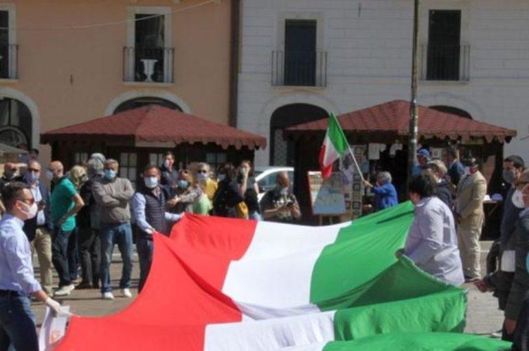 L'Aquila, il centrodestra scende in piazza