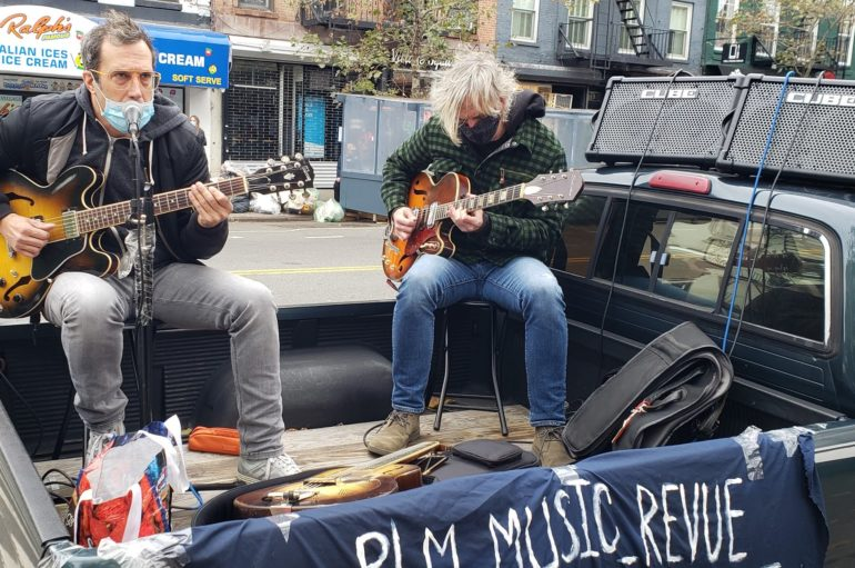 Chi ha bisogno di un palco per suonare a Manhattan?