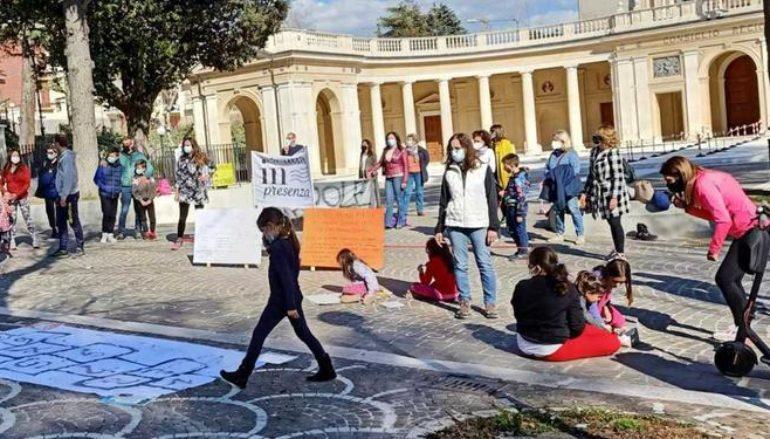 Ancora in piazza per chiedere scuole aperte