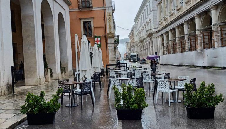 I ristoratori sfidano pioggia, freddo e coprifuoco
