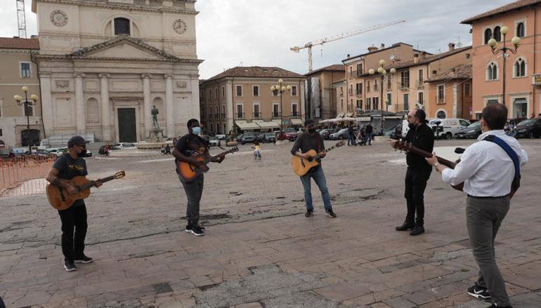 L'Aquila, protesta in musica a piazza Duomo