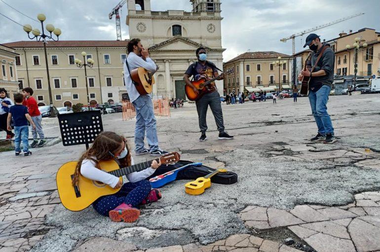 L'Aquila, jam di artisti in piazza contro coprifuoco