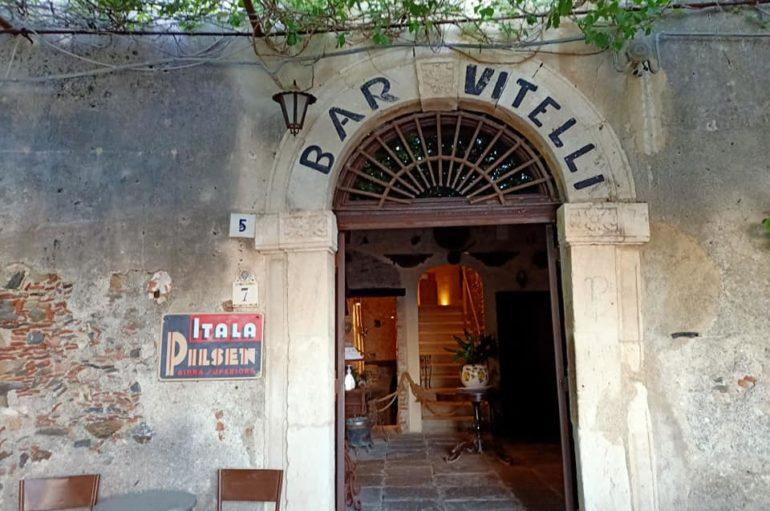 Un bicchiere al bar Vitelli, nella terra del Padrino