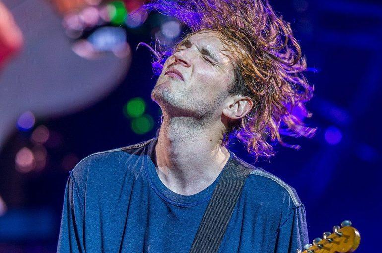 Josh Klinghoffer, polistrumentista Under the bridge
